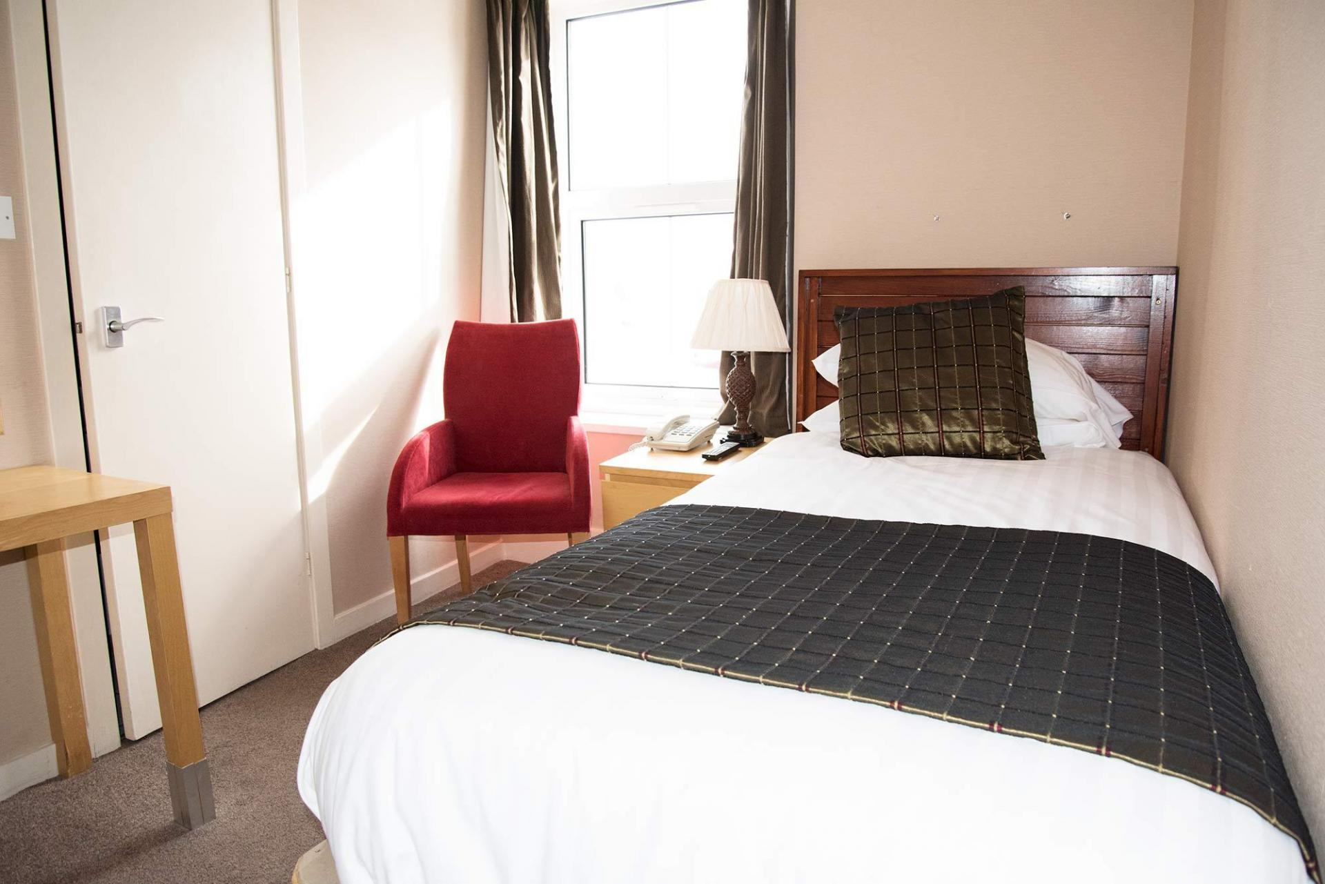Single (ONE PERSON ONLY) En-suite Room ,1st Floor Harbour View (inc. Full Cooked Breakfast)