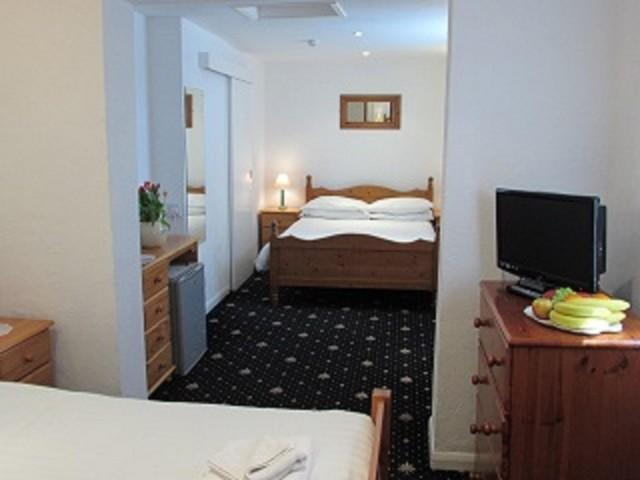 Double And Two Singles En-suite Plus Extra Single Bed (room Only)