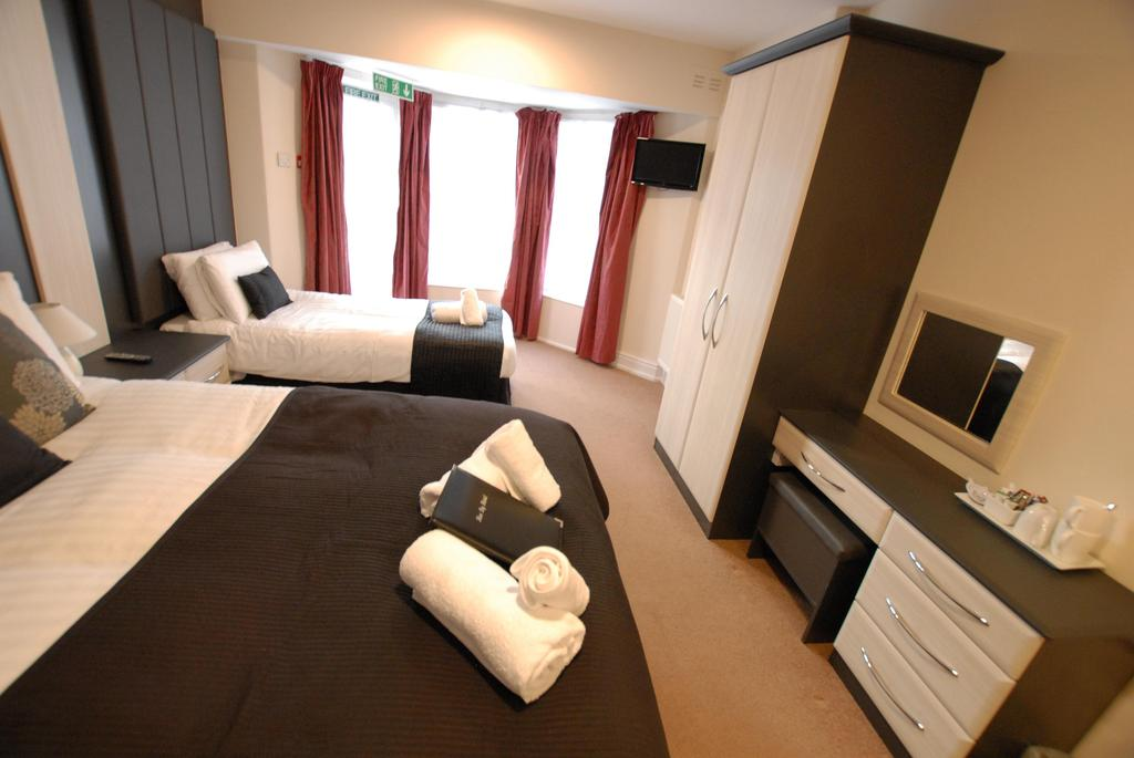 Room 5 -double/ Triple En-suite with Mountain View