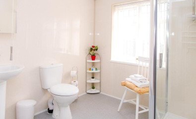 Room Joanna Double Room (inc.self/help-serve Breakfast) SHARES NEW FITTED BATHROOM WITH 1 SINGLE ROO