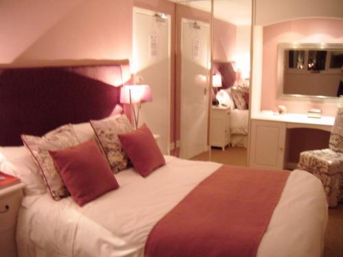 Sir Noel Murless - Large Double Ensuite Room (Room Only Non Refundable) - Sleeps up to 2 adults & O