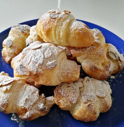 almond croissant.jpg_1559988827