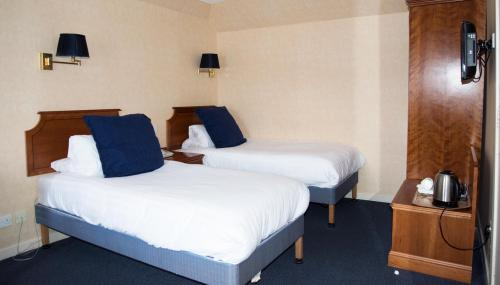 Twin (single bed on each side of room) En-suite Room, Ground Floor , Restricted Harbour View