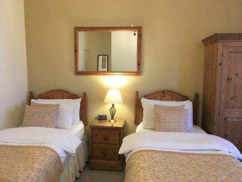 Twin En-suite Room for 2 people (inc. Breakfast)