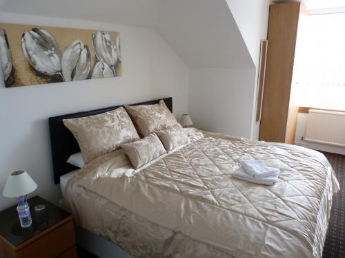 Room 4 Super King bed.JPG