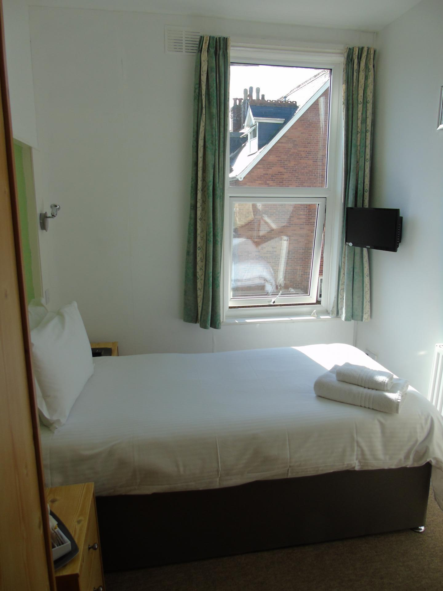 Single Room with private bathroom (inc. Breakfast)