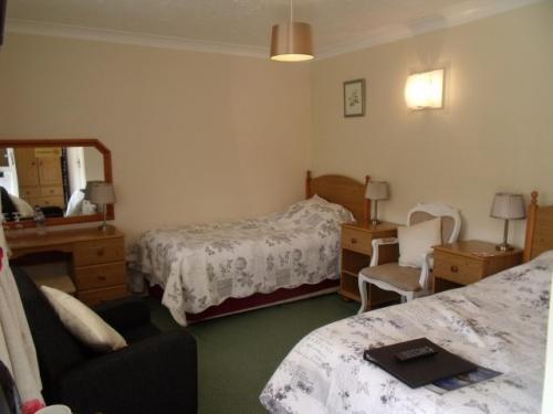 Twin Room 2 (inc. Breakfast & en-suite)