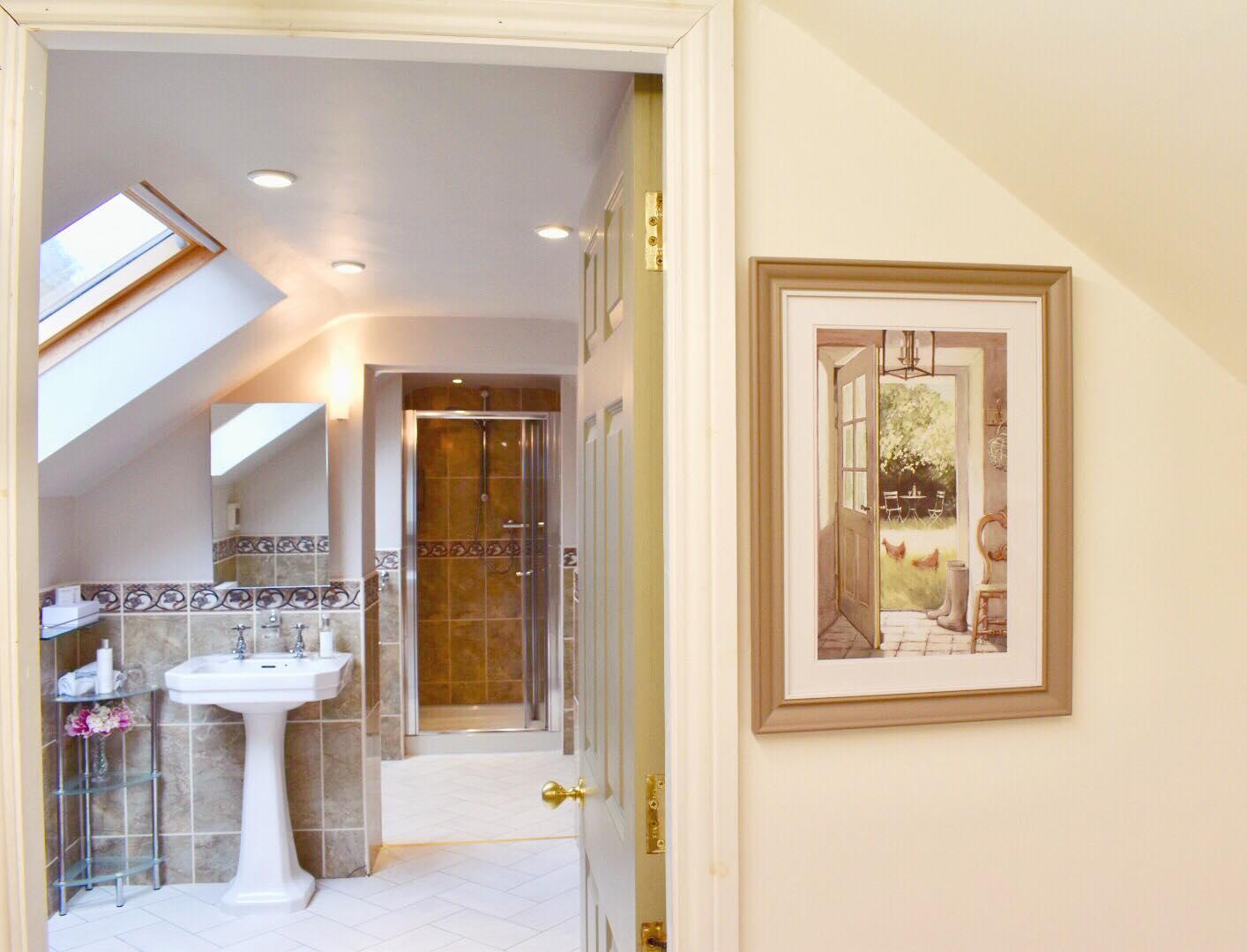 king Double & Twin bedroom with En-suite Shower & Bathroom Room (inc. Breakfast)