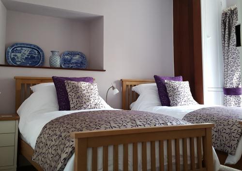 Yr Aman Double Occupancy Twin En-suite (bath/shower) Room inc. Breakfast