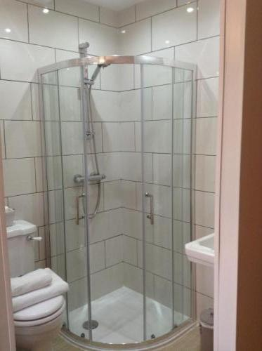 RM4 Single en-suite shower (inc. Breakfast)