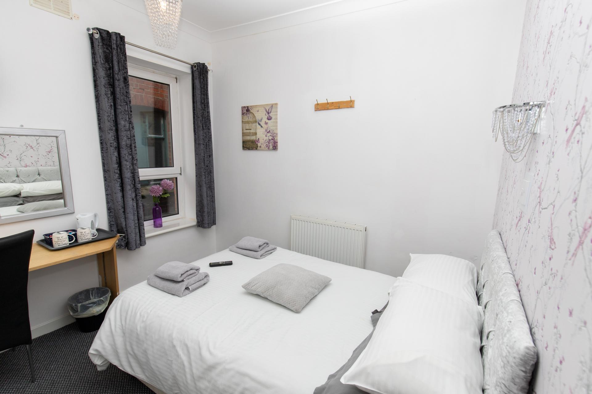 Small Double En-suite Room (inc Breakfast)