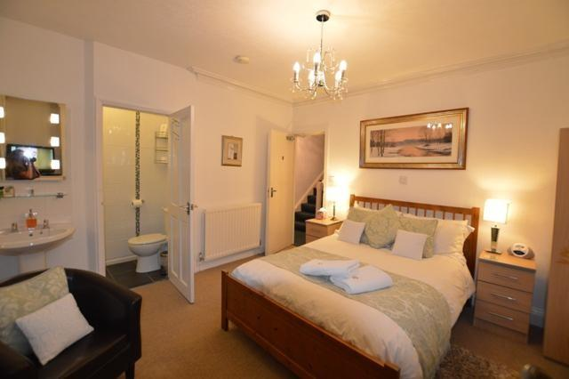 Room 2Large Double en-suite ROOM ONLY