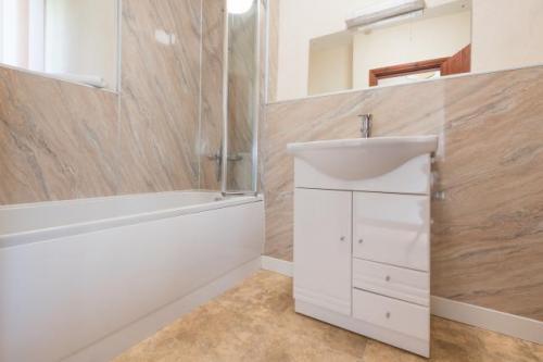 Bathroom.jpg_1549894234