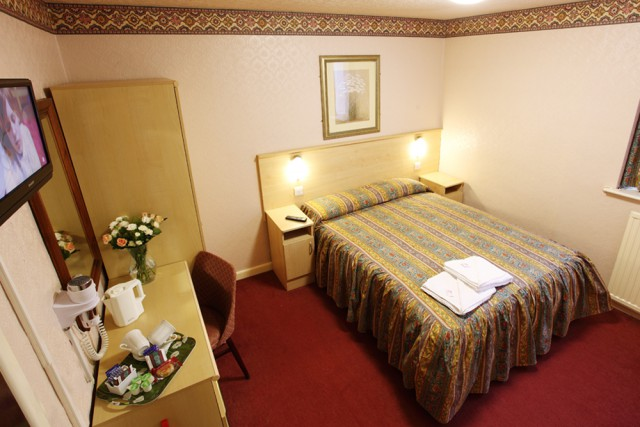 Large Double En-suite Room (inc. Breakfast )