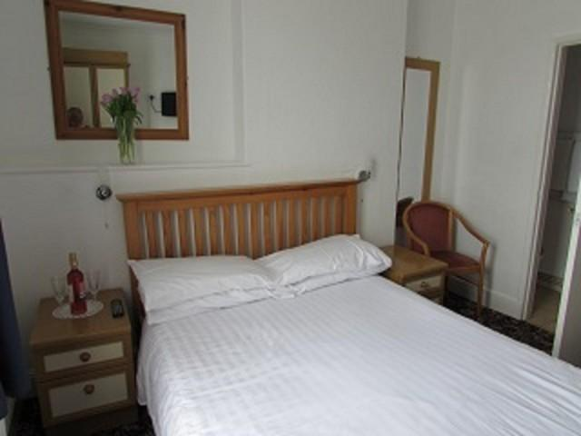 Double Room En-suite shower (room only)