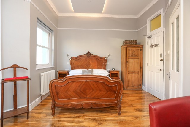 Large Deluxe King size with Jacuzzi and glorious sea views Room 2