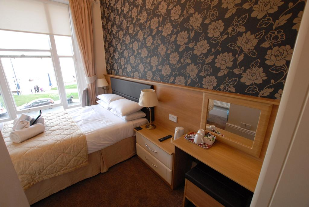 Room 2 - Cosy Double En-Suite with Sea view