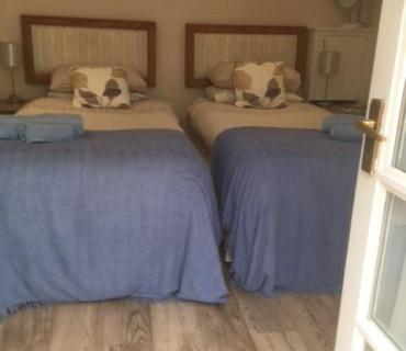 Twin En-suite Room - Sleeps 1 - 2 people (inc. Breakfast)