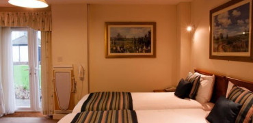Twin Room En-suite Bath/ Shower (inc. Breakfast)