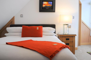 Double bed (1350mm) for single occupancy,en-suite, LOW CEILING (1850 mm), inc breakfast