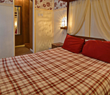 King Size Four Poster En-suite (inc breakfast)