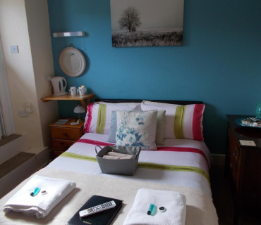Small Double Ensuite Room (inc Breakfast)