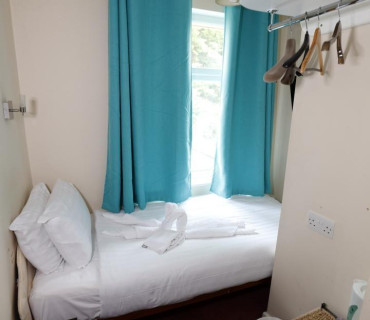 Very Small En-suite Single (room Only) non-refundable