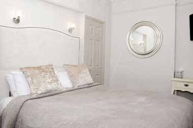 Small Double En-suite Room (inc. Continentalbreakfast)
