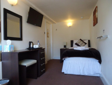 Single Room Shared Bathroom (inc breakfast)