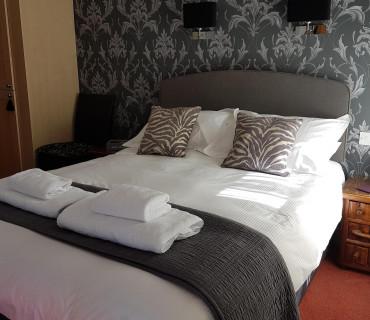 Standard KingSmall En-suite Room (inc. Breakfast )