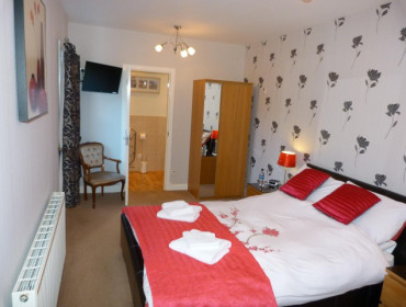 Room 2 Ground floor Double Deluxe En-suite Room (inc. Breakfast)