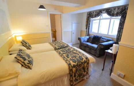 George Newnes 1st Floor Superking or Twin Bedded Room with En-suite Room (inc. Breakfast)