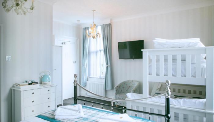Family En-suite Room - Cockington(2 adults 3 children)