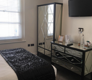 Compact King En-suite Room *Non Refundable (inc.breakfast)