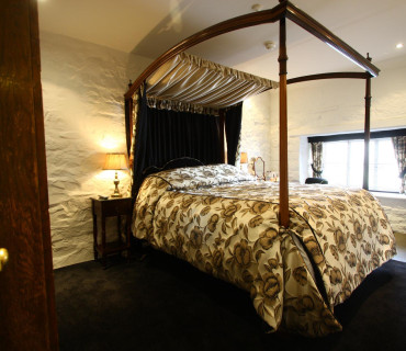 Manaton King Size Four Poster with Breakfast