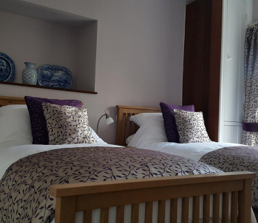 Yr Aman Double Occupancy Twin En-suite (bath/shower) Room inc. Breakfast