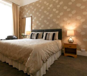 Large Ground Floor Twin/Double En-suite Room (inc. Breakfast)