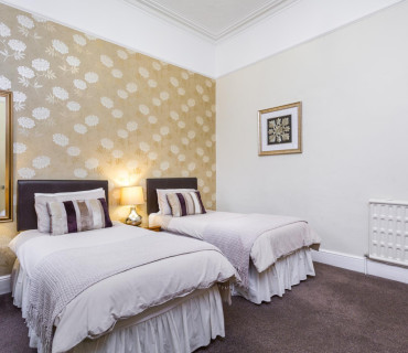 Large Ground Floor Twin/Double En-suite Room (inc. Breakfast)