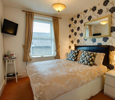 Small Double En-suite Room (inc. Breakfast)
